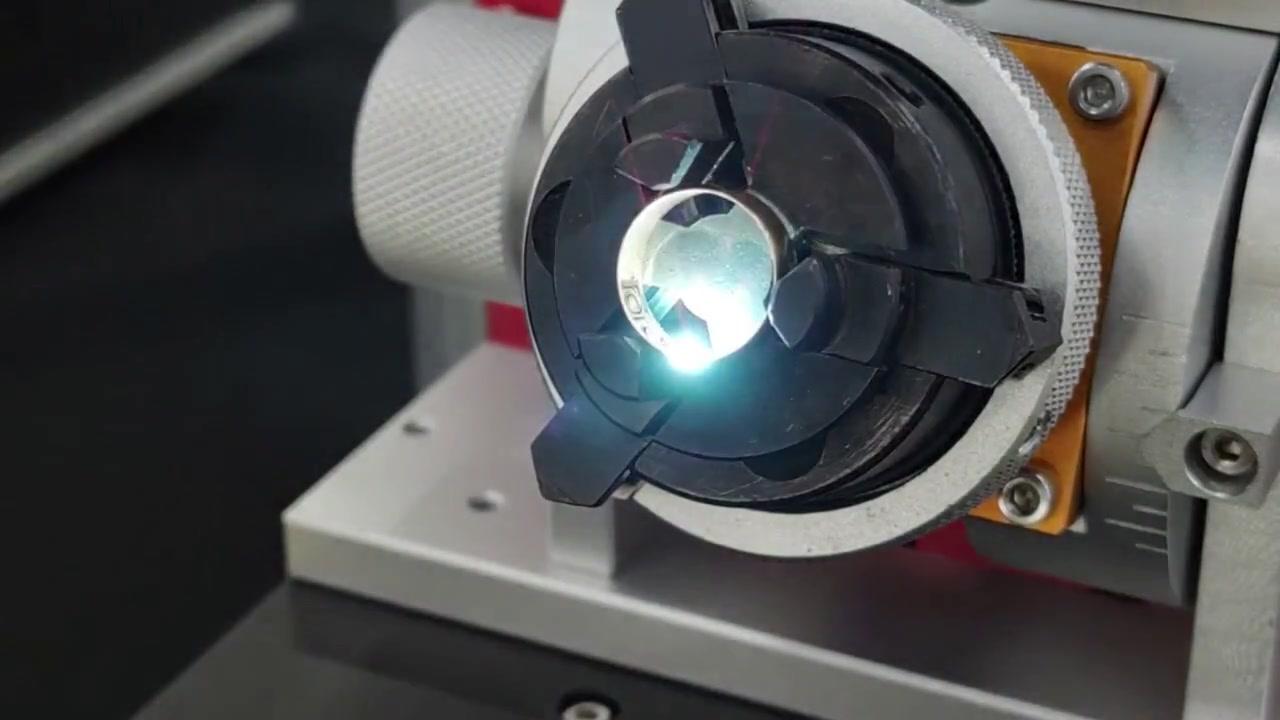 Mesin penandaan laser serat dengan perangkat putar untuk menandai bagian dalam cincin